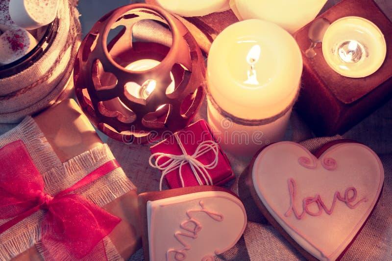 Άνετος χειμώνας με τα κεριά, τα δώρα και τη θραύση πιπεροριζών στοκ φωτογραφίες με δικαίωμα ελεύθερης χρήσης