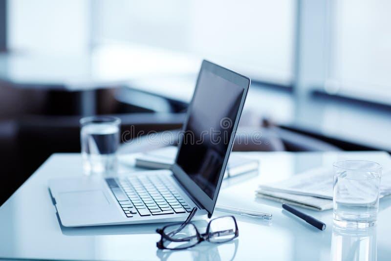 Άνετος χώρος εργασίας στο σύγχρονο γραφείο στοκ εικόνες με δικαίωμα ελεύθερης χρήσης