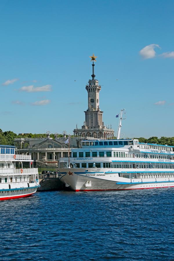Άνετο επιβατηγό πλοίο κρουαζιέρας και οικοδόμηση sta ποταμών στοκ εικόνες με δικαίωμα ελεύθερης χρήσης