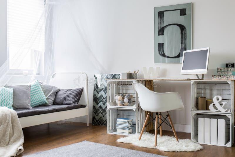 Άνετο δωμάτιο στη νέα σύγχρονη μοντέρνη σοφίτα στοκ εικόνες με δικαίωμα ελεύθερης χρήσης