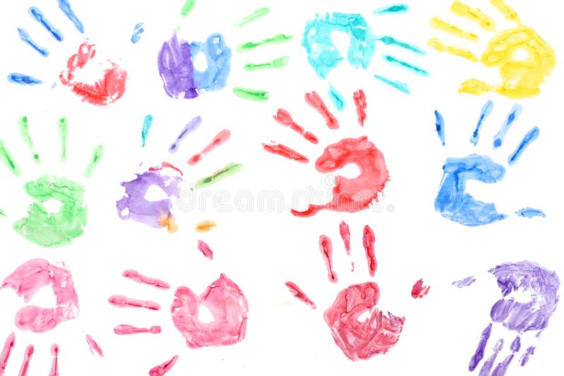 Άνευ ραφής σχέδιο με χρωματισμένες τις ουράνιο τόξο τυπωμένες ύλες χεριών παιδιών στο άσπρο υπόβαθρο στοκ φωτογραφίες