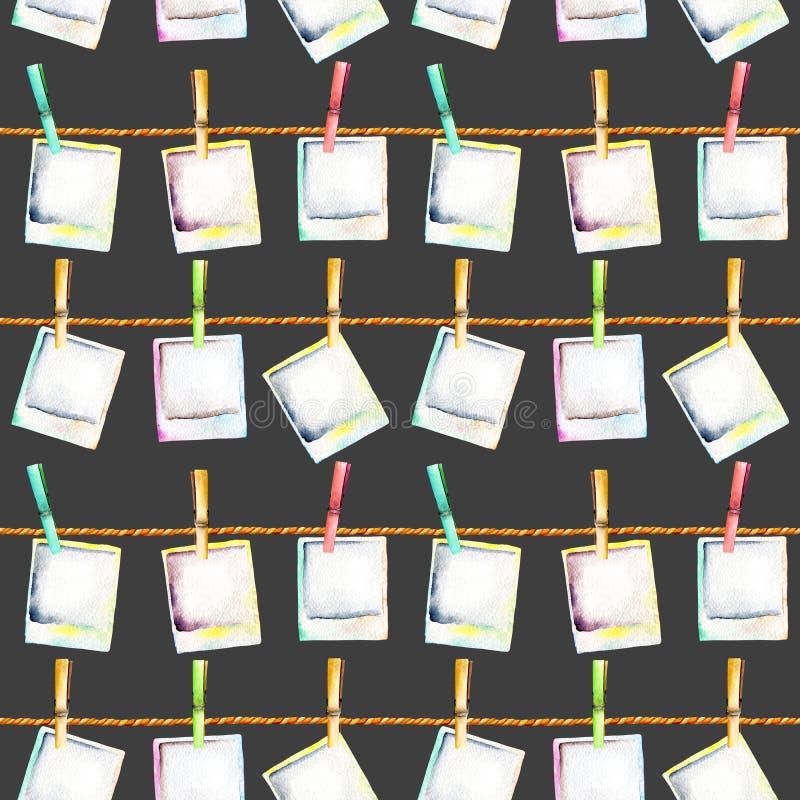 Άνευ ραφής σχέδιο με τα στιγμιότυπα polaroid watercolor που συνδέονται με τα clothespins με τα σχοινιά ελεύθερη απεικόνιση δικαιώματος