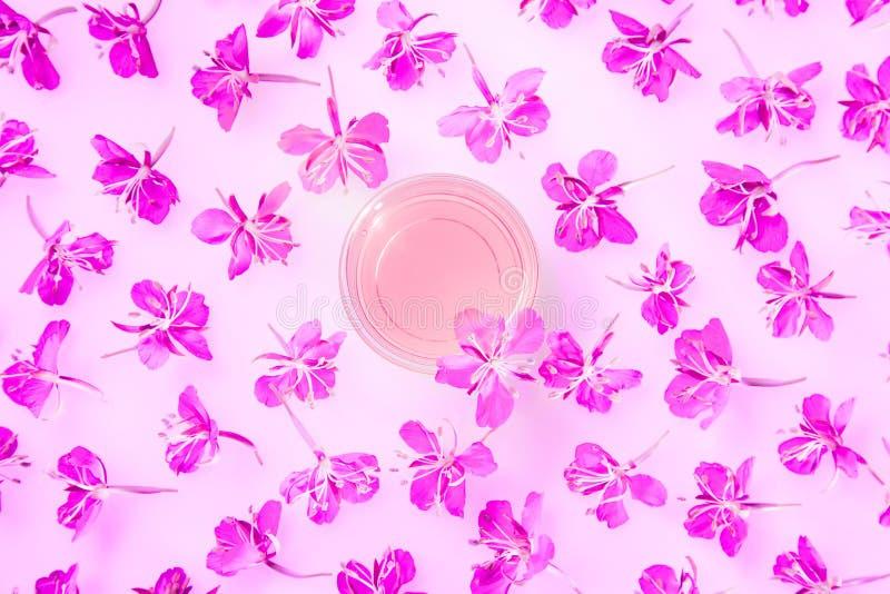 Άνθη και αρωματικό νερό από βότανα, νωπά στοκ φωτογραφία με δικαίωμα ελεύθερης χρήσης