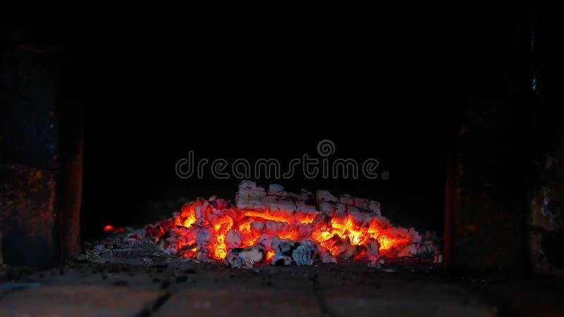 Άνθρακες στη ρωσική σόμπα στοκ φωτογραφία