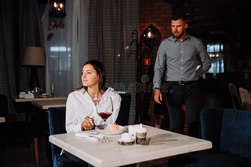 Άνθρωποι, έκπληξη και χρονολόγηση της έννοιας - ευτυχές κρασί κατανάλωσης ζευγών στον καφέ ή το εστιατόριο στοκ φωτογραφία