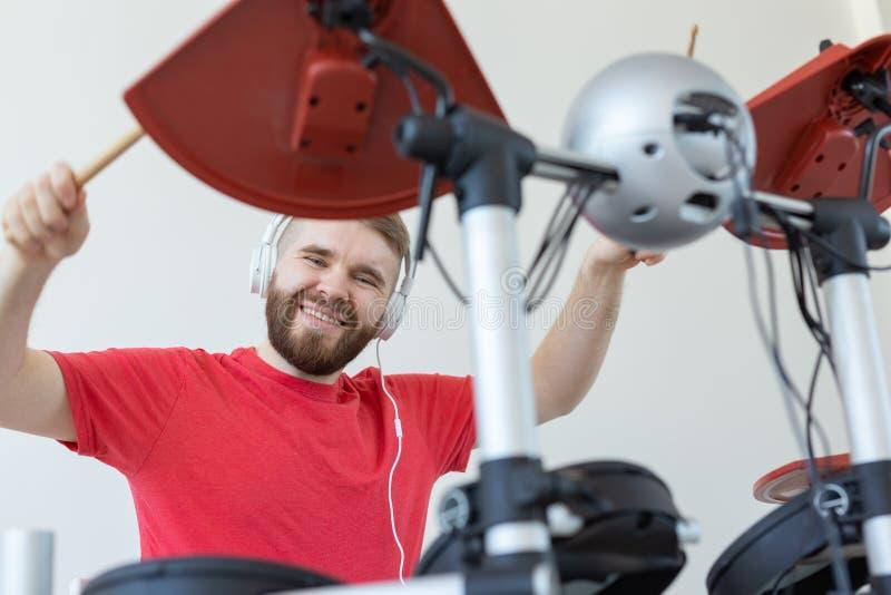 Άνθρωποι, έννοια μουσικής και χόμπι - κατώτατη άποψη του τυμπανιστή στοκ εικόνα