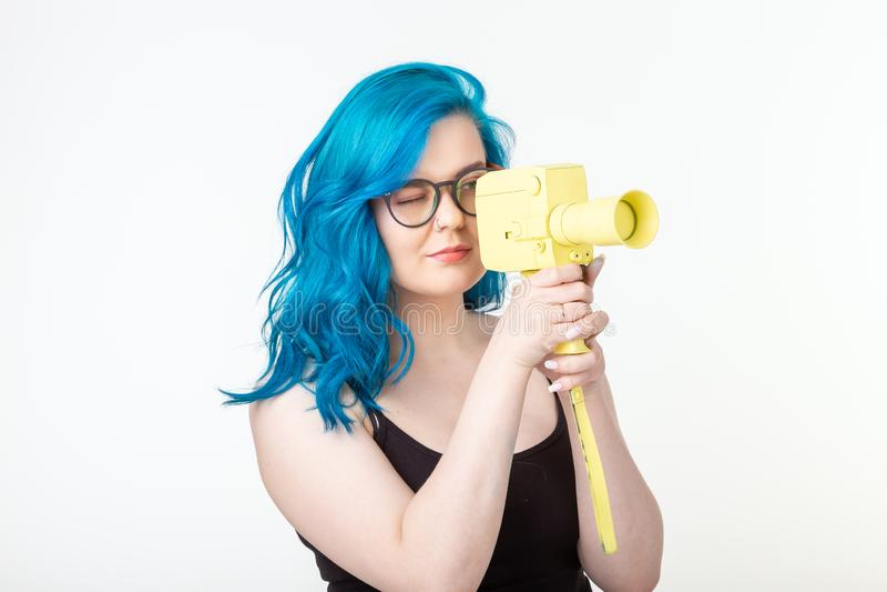 Άνθρωποι, έννοια χόμπι και μόδας - όμορφο κορίτσι με την μπλε κίτρινη αναδρομική κάμερα λαβής τρίχας στο άσπρο υπόβαθρο στοκ φωτογραφία με δικαίωμα ελεύθερης χρήσης