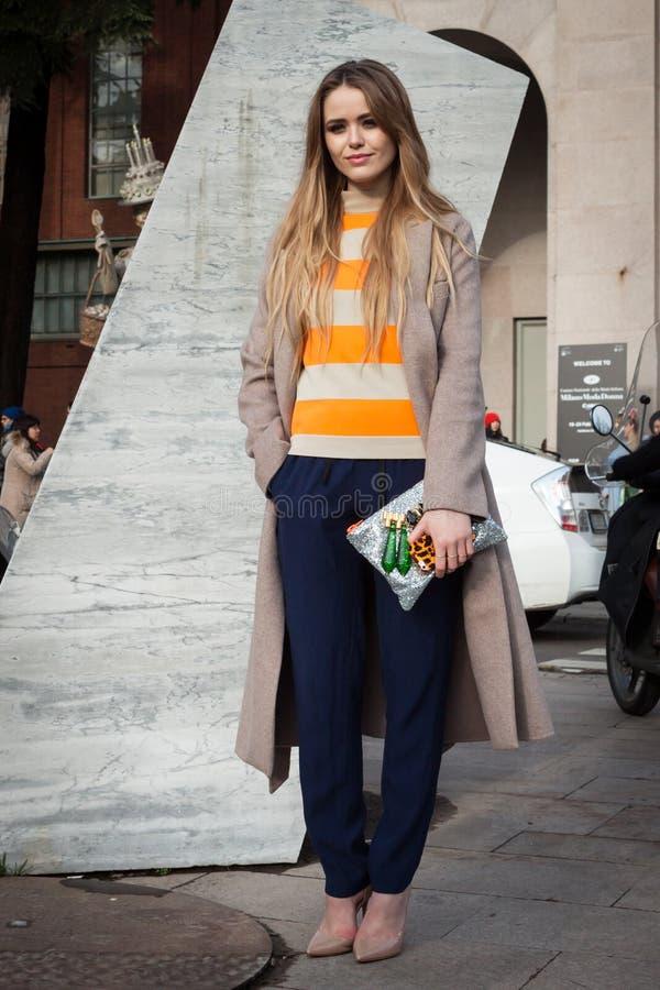 Άνθρωποι έξω από τα κτήρια επιδείξεων μόδας για την εβδομάδα 2014 μόδας των γυναικών του Μιλάνου στοκ εικόνα με δικαίωμα ελεύθερης χρήσης