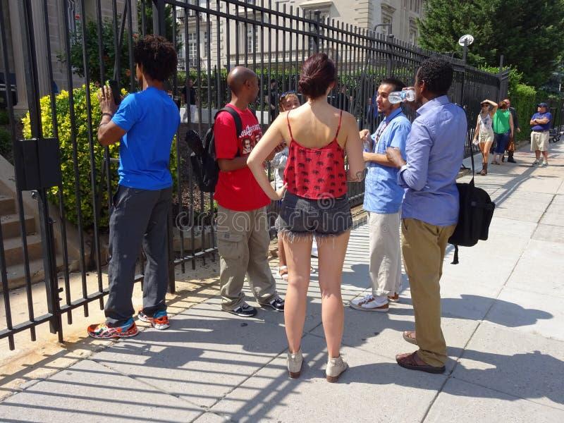 Άνθρωποι έξω από την κουβανική πρεσβεία στοκ φωτογραφία με δικαίωμα ελεύθερης χρήσης