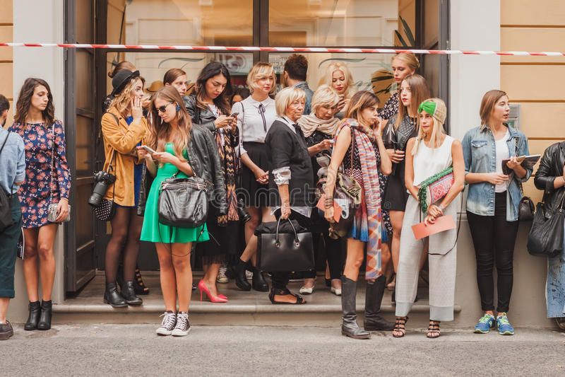 Άνθρωποι έξω από τις επιδείξεις μόδας Missoni που χτίζουν για την εβδομάδα 2014 μόδας των γυναικών του Μιλάνου στοκ εικόνες