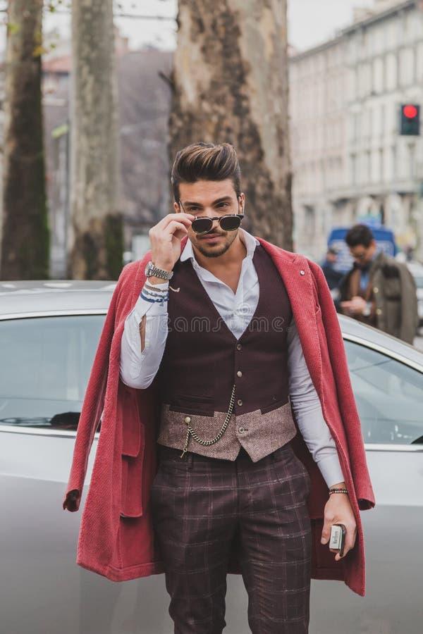 Άνθρωποι έξω από το κτήριο επιδείξεων μόδας της Gucci για την εβδομάδα 2015 μόδας των ατόμων του Μιλάνου στοκ φωτογραφία με δικαίωμα ελεύθερης χρήσης