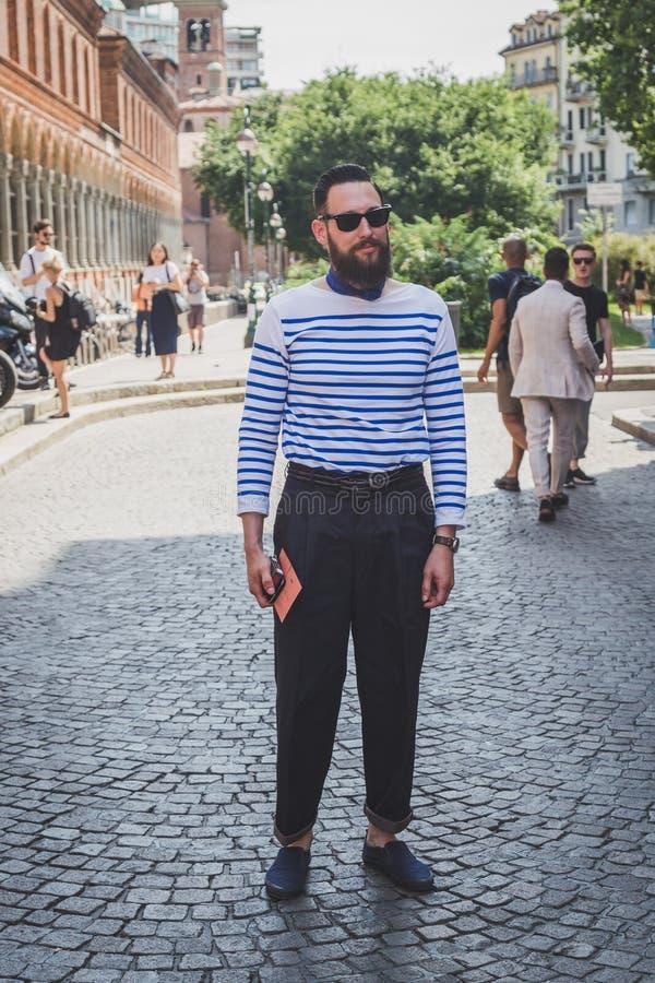 Άνθρωποι έξω από το κτήριο επιδείξεων μόδας Missoni για το FA των ατόμων του Μιλάνου στοκ εικόνα με δικαίωμα ελεύθερης χρήσης