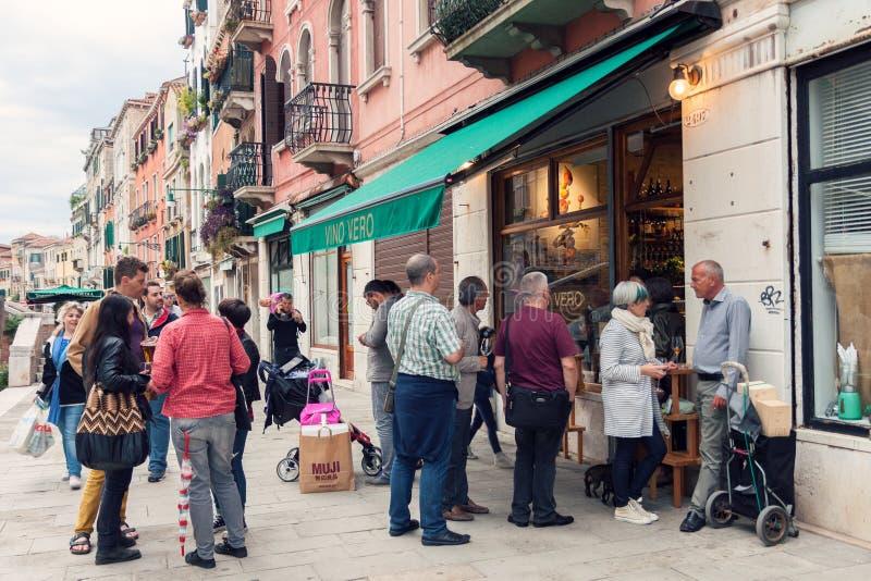 Άνθρωποι έξω από το φραγμό κρασιού στη Βενετία στοκ φωτογραφίες με δικαίωμα ελεύθερης χρήσης