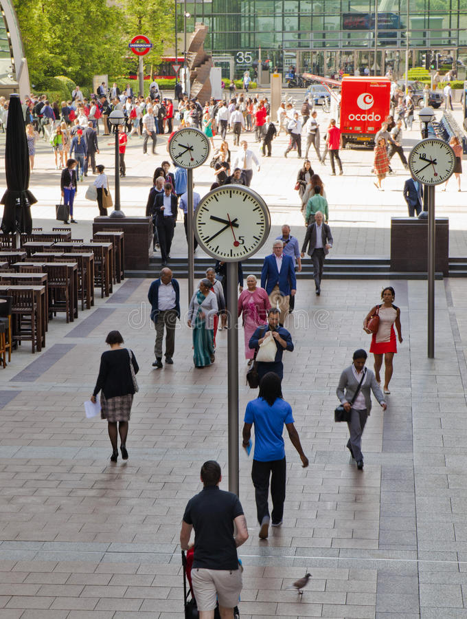 Άνθρωποι γραφείων που κινούνται γρήγορα για να πάρει να εργαστεί στα ξημερώματα στο Canary Wharf aria στοκ φωτογραφία
