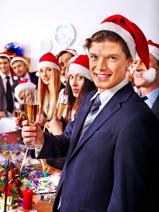 Άνθρωποι επιχειρηματικής μονάδας στο καπέλο santa στο κόμμα Χριστουγέννων. στοκ φωτογραφίες