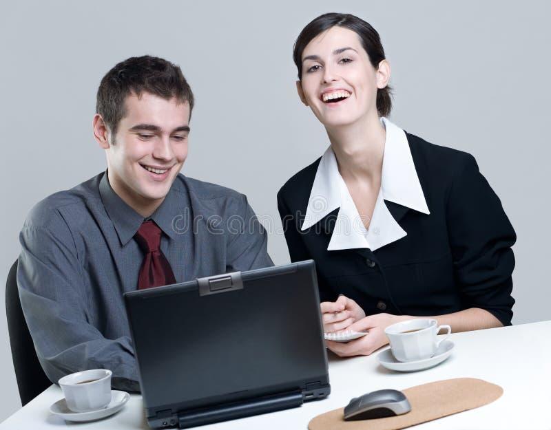 άνθρωποι επιχειρησιακών lap-top που χαμογελούν δύο στοκ φωτογραφίες με δικαίωμα ελεύθερης χρήσης
