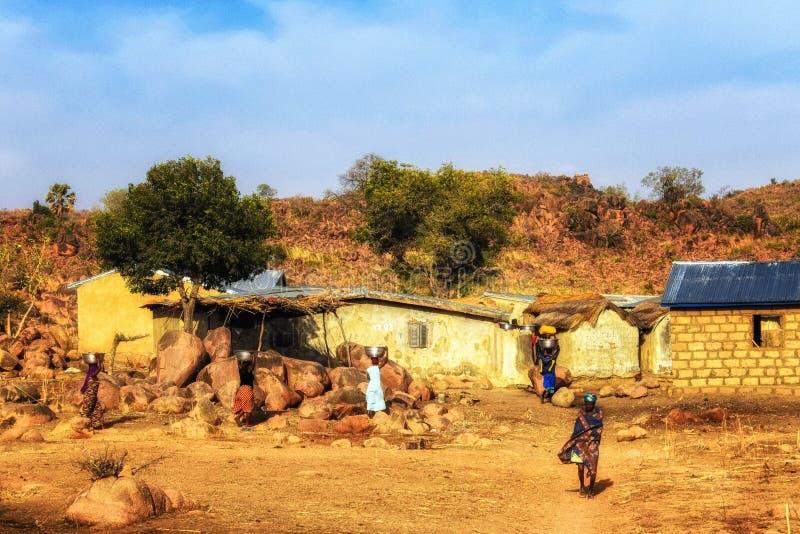 Άνθρωποι ημερησίως πλύσης της Κυριακής στη Γκάνα στοκ εικόνες