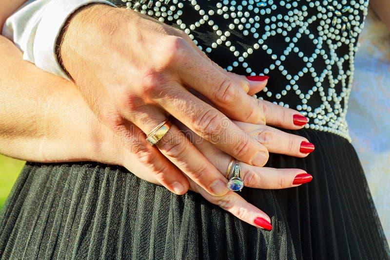 Άνθρωποι, διακοπές, έννοια δέσμευσης και αγάπης με το δαχτυλίδι διαμαντιών στοκ εικόνες με δικαίωμα ελεύθερης χρήσης