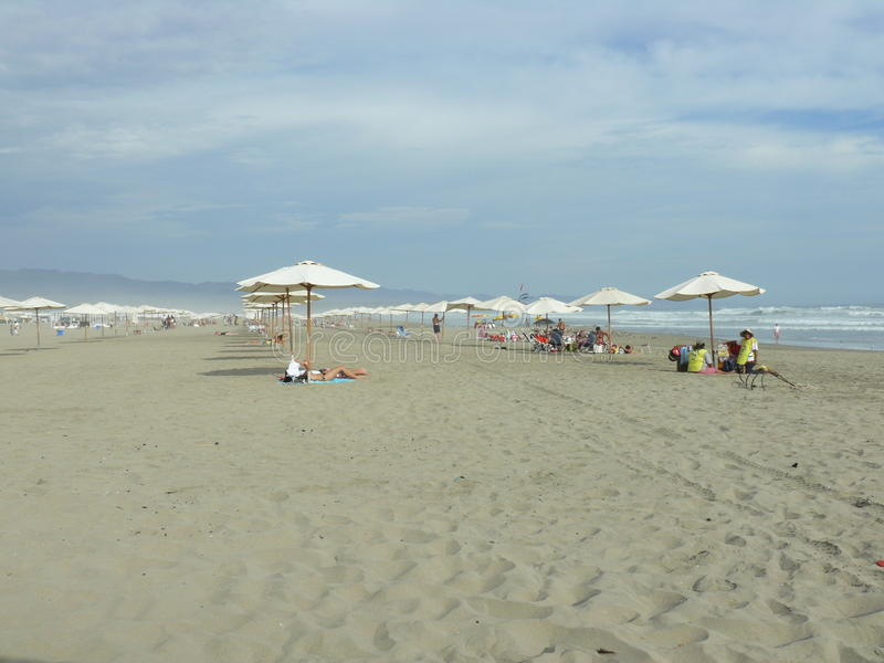 Άνθρωποι κάτω από τις ομπρέλες σε μια παραλία, Canete, Λίμα, Περού στοκ εικόνες