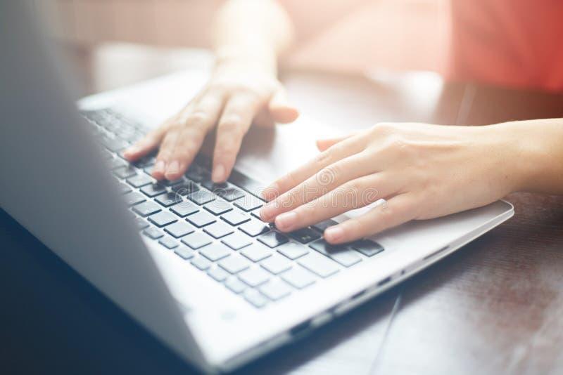 Άνθρωποι και σύγχρονη έννοια τεχνολογίας Κλείστε αυξημένος των θηλυκών χεριών δακτυλογραφώντας στο πληκτρολόγιο του lap-top της Ν στοκ φωτογραφία με δικαίωμα ελεύθερης χρήσης