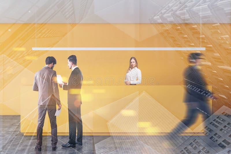 Άνθρωποι κοντά στην κίτρινη υποδοχή γραφείων στοκ φωτογραφία με δικαίωμα ελεύθερης χρήσης