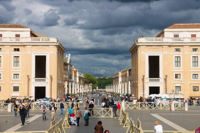 Άνθρωποι κοντά στη βασιλική Di SAN Pietro από μέσω του della Concil στοκ φωτογραφία με δικαίωμα ελεύθερης χρήσης