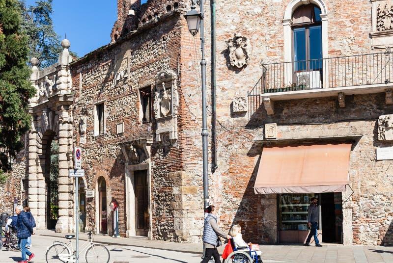 Άνθρωποι κοντά στους τοίχους της πύλης σε Teatro Olimpico στοκ φωτογραφία