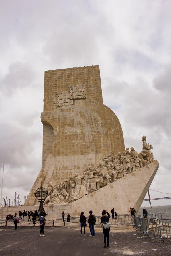 Άνθρωποι κοντά στο μνημείο των ανακαλύψεων, Λισσαβώνα στοκ εικόνες