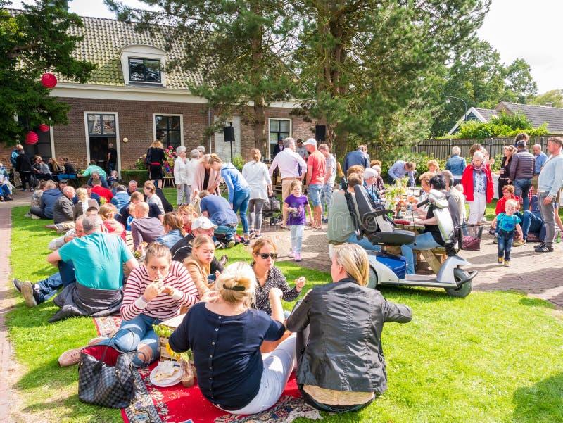 Άνθρωποι με τα πρόχειρα φαγητά και ποτά στο φεστιβάλ τροφίμων οδών στο histor στοκ φωτογραφία με δικαίωμα ελεύθερης χρήσης