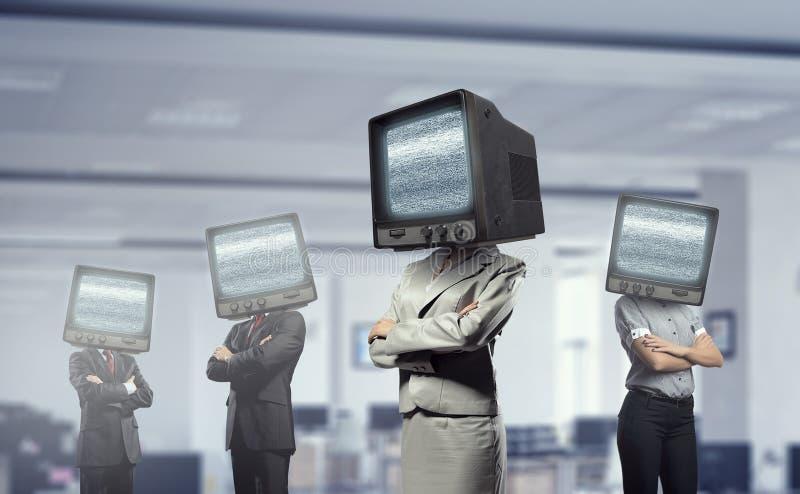 Άνθρωποι με τη TV αντί του κεφαλιού Μικτά μέσα στοκ εικόνες με δικαίωμα ελεύθερης χρήσης
