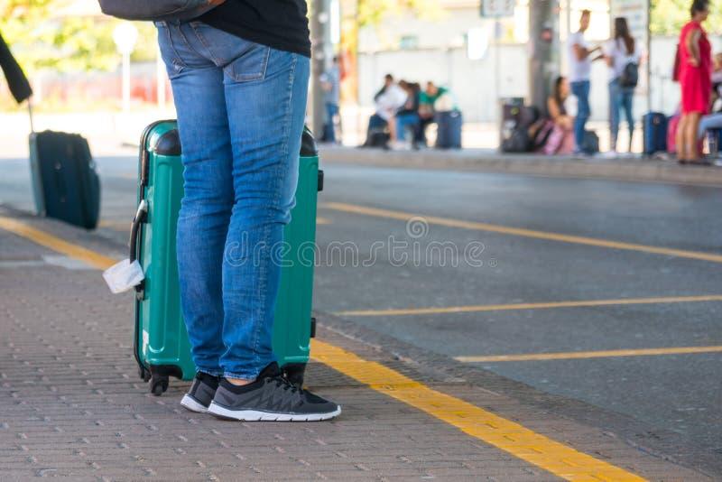 Άνθρωποι με τις βαλίτσες στη στάση λεωφορείου στοκ εικόνα με δικαίωμα ελεύθερης χρήσης
