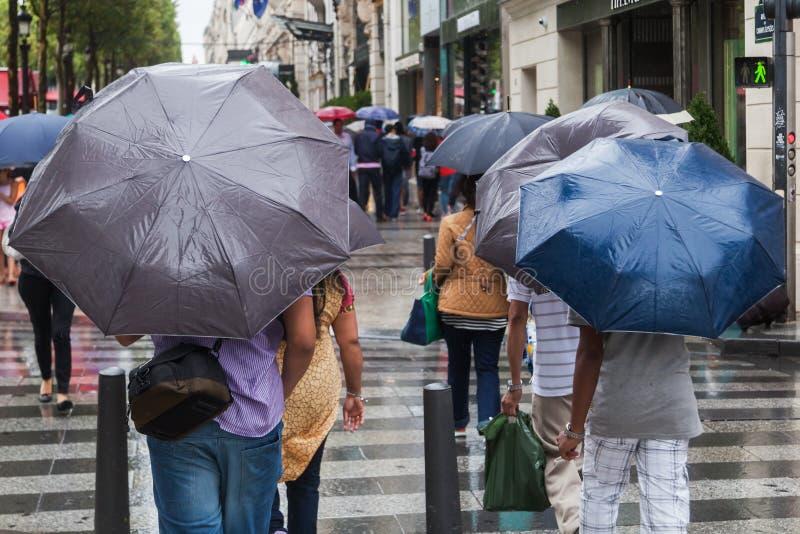 Άνθρωποι με τις ομπρέλες βροχής στη βροχερή πόλη στοκ φωτογραφία με δικαίωμα ελεύθερης χρήσης