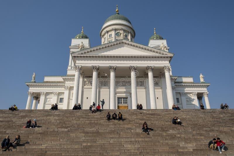 Άνθρωποι μπροστά από τον καθεδρικό ναό του Ελσίνκι στοκ εικόνες με δικαίωμα ελεύθερης χρήσης