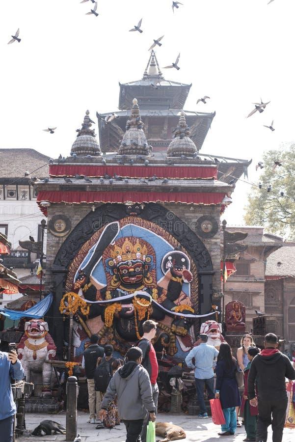 Άνθρωποι μπροστά από το άγαλμα Bhairavnath στοκ εικόνες