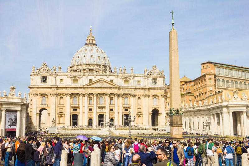 Άνθρωποι μπροστά από το τετράγωνο του ST Peter, πόλη του Βατικανού στοκ φωτογραφία με δικαίωμα ελεύθερης χρήσης