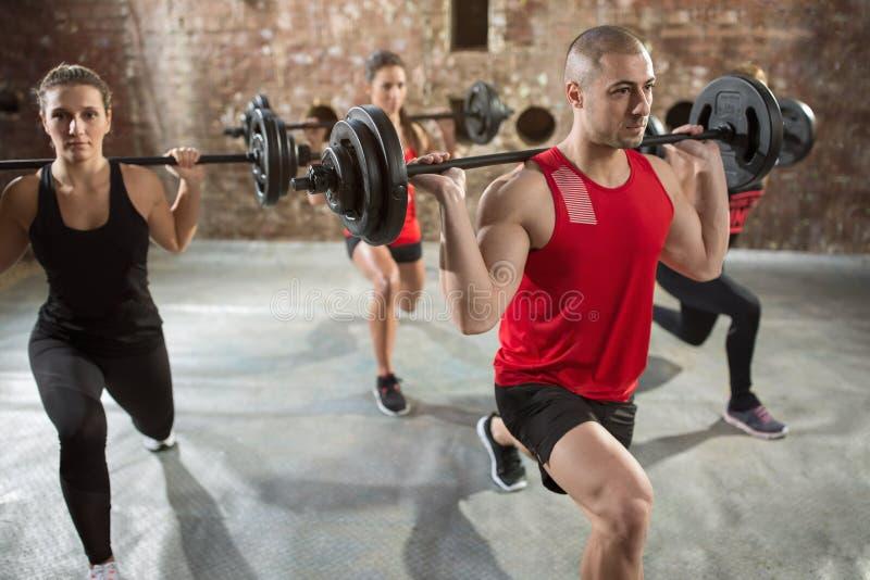 Άνθρωποι ομάδας καλά - που εκπαιδεύονται bodybuilder στοκ εικόνα