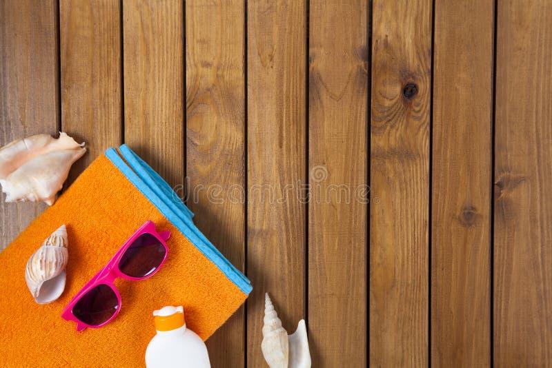 άνθρωποι ομάδας παραλιών που χαλαρώνουν την ηλιοθεραπεία σκηνής στοκ εικόνες με δικαίωμα ελεύθερης χρήσης