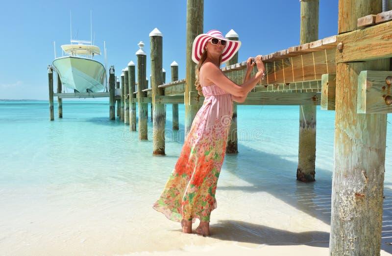 άνθρωποι ομάδας παραλιών που χαλαρώνουν την ηλιοθεραπεία σκηνής Exuma, Μπαχάμες στοκ εικόνες