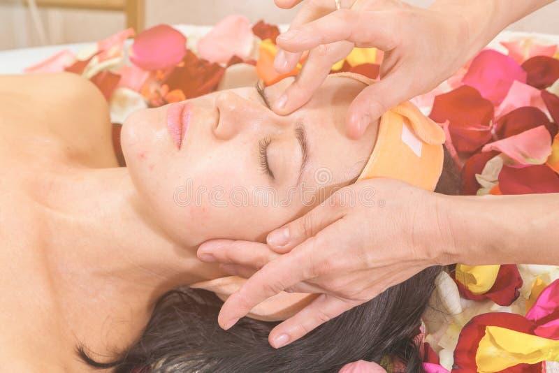 Άνθρωποι, ομορφιά, SPA, cosmetology και skincare έννοια στοκ εικόνα με δικαίωμα ελεύθερης χρήσης