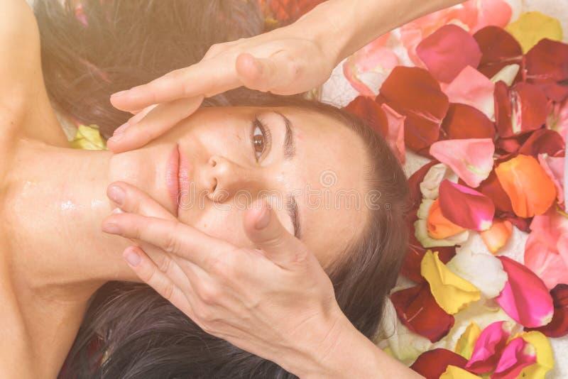 Άνθρωποι, ομορφιά, SPA, cosmetology και skincare έννοια στοκ εικόνες με δικαίωμα ελεύθερης χρήσης