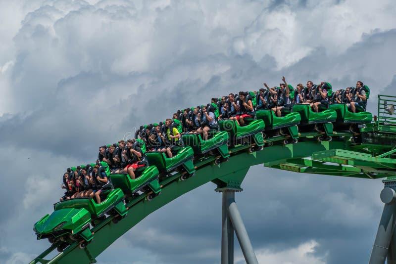 Άνθρωποι που έχουν τη διασκέδαση τεράστια απίστευτο Hulk rollercoaster στο νησί της περιπέτειας 46 στοκ φωτογραφίες
