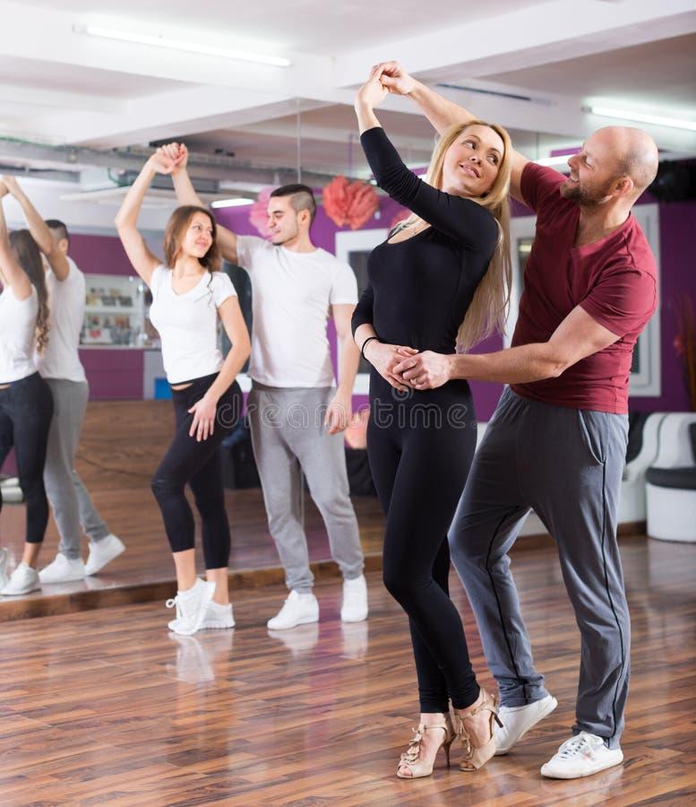 Άνθρωποι που έχουν τη χορεύοντας κατηγορία στοκ εικόνες