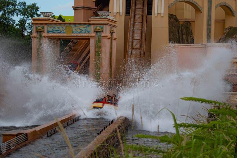 Άνθρωποι που έχουν το καταβρέχοντας ταξίδι έλξης διασκέδασης σε Atlantis σε Seaworld 4 στοκ φωτογραφία