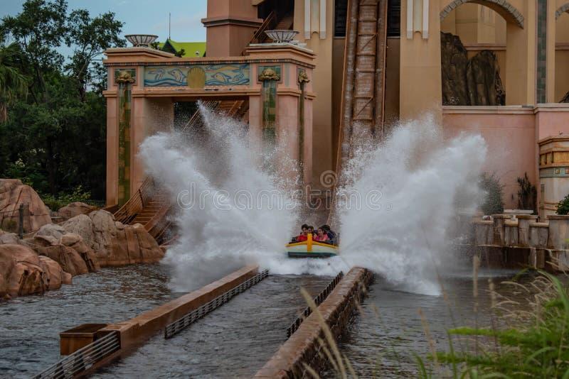 Άνθρωποι που έχουν το καταβρέχοντας ταξίδι έλξης διασκέδασης σε Atlantis σε Seaworld 6 στοκ φωτογραφία με δικαίωμα ελεύθερης χρήσης