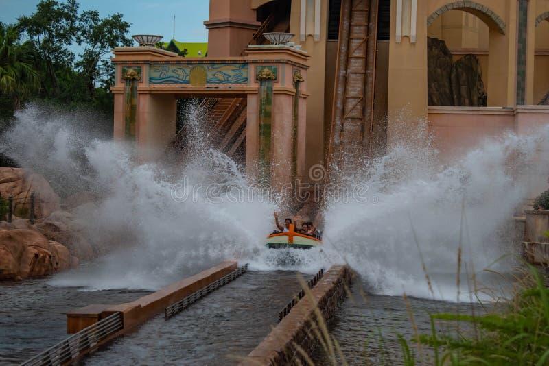 Άνθρωποι που έχουν το καταβρέχοντας ταξίδι έλξης διασκέδασης σε Atlantis σε Seaworld 3 στοκ φωτογραφία με δικαίωμα ελεύθερης χρήσης