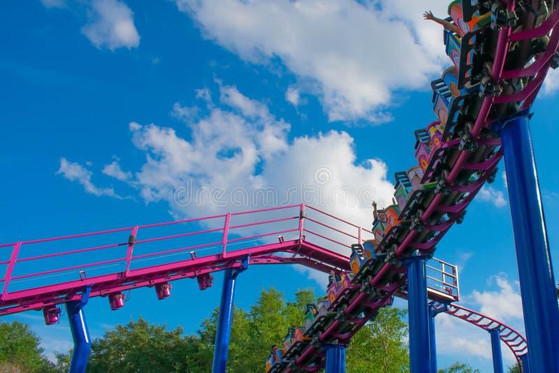 Άνθρωποι που έχουν rollercoaster πτώσης μπισκότων διασκέδασης την οικογενειακή φιλική έλξη σε Seaworld στη διεθνή περιοχή 1 Drive στοκ εικόνα