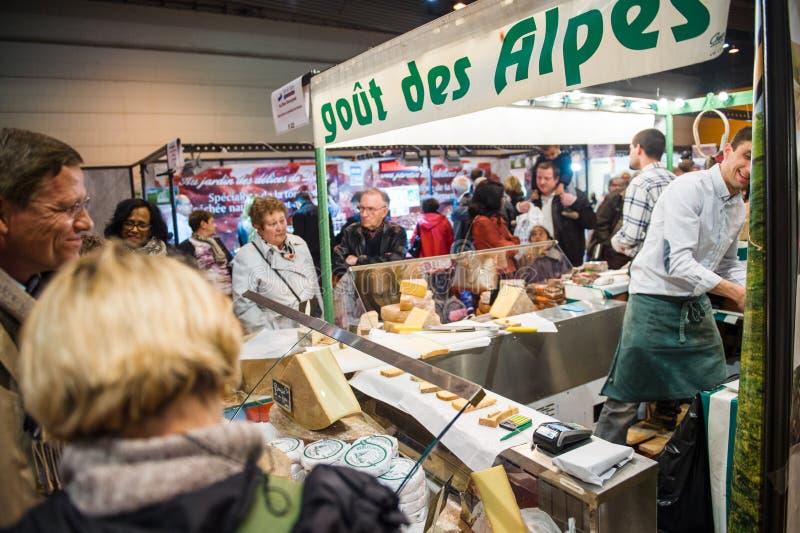 Άνθρωποι που αγοράζουν το τυρί και άλλα γαλλικά προϊόντα τυριών στην αγορά στοκ εικόνα με δικαίωμα ελεύθερης χρήσης