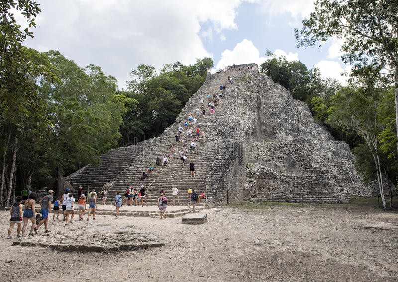 Άνθρωποι που αναρριχούνται επάνω σε έναν κάτω στην πυραμίδα Nohoch Mul στις καταστροφές Coba στοκ φωτογραφία