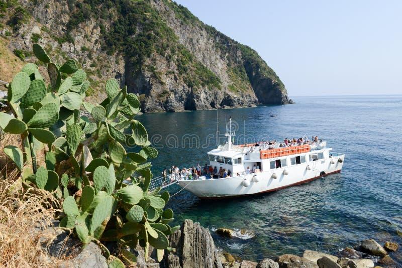 Άνθρωποι που αναρριχούνται στη βάρκα τουριστών στοκ φωτογραφία με δικαίωμα ελεύθερης χρήσης