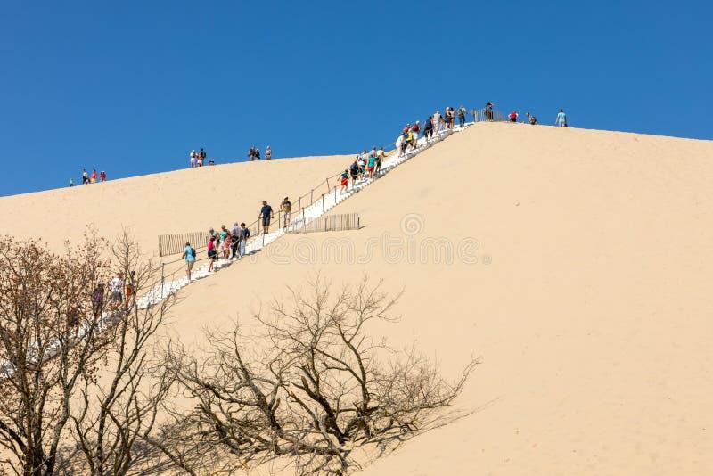 Άνθρωποι που αναρριχούνται στον αμμόλοφο du Pilat, Aquitaine, Γαλλία Ευρώπη στοκ φωτογραφία